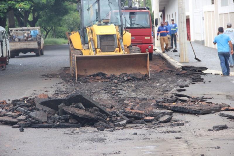 Após forte chuva, Prefeitura inicia recuperação de trecho da Avenida Minas Gerais
